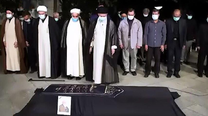 شاهد.. الإمام الخامنئي يؤدي الصلاة على جثمان العالم الراحل حسن زاده آملي