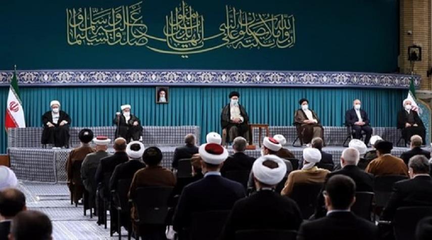 قائد الثورة الاسلامية يستقبل كبار المسؤولين وضيوف مؤتمر الوحدة الإسلامية