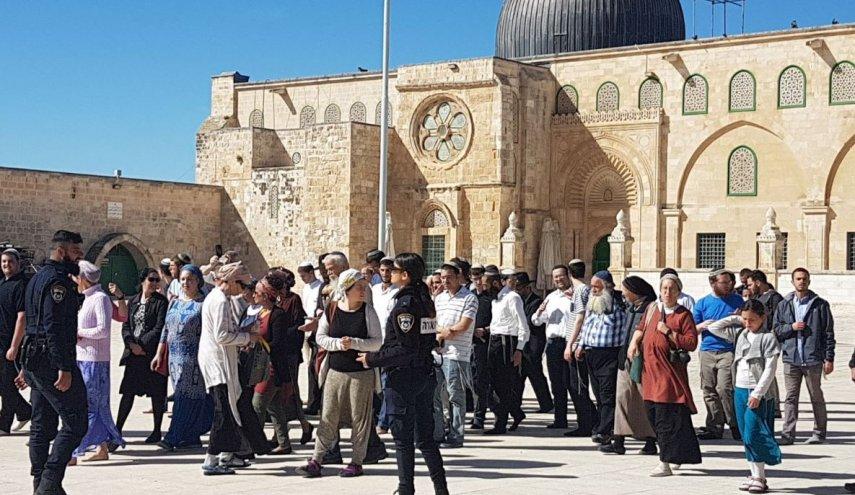 الصهاينة يقتحمون باحات المسجد الأقصى وسط حماية شرطة الاحتلال