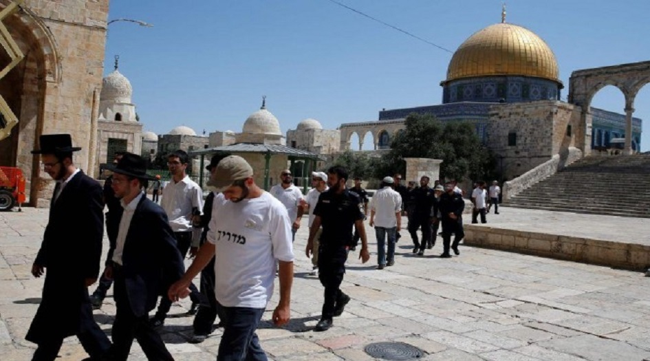 """مستوطنون صهاينة يقتحمون باحات """"الأقصى"""" بحماية الاحتلال"""